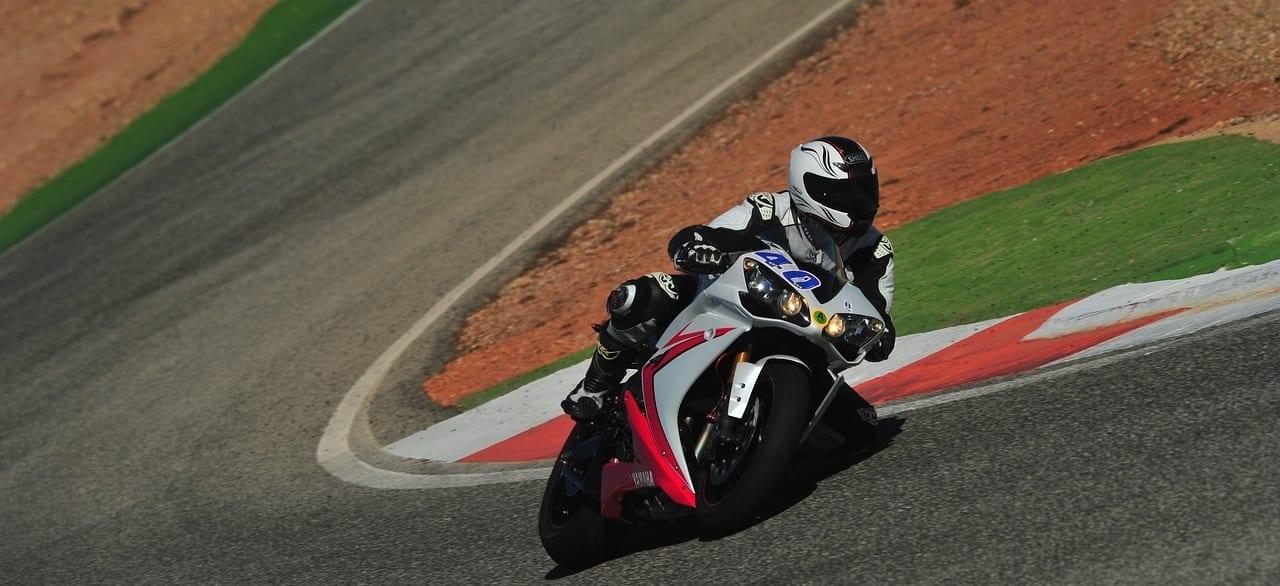 Rouler à moto sur un circuit
